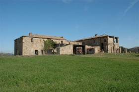 Old stone house to renovate for sale in Montalcino in Tuscany [908]