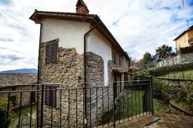 Toscana, casale in pietra con giardino [774]